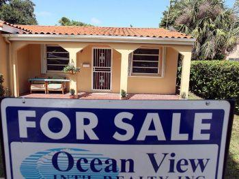 Привлечение большого количества возможных покупателей помогает ускорить продажу дома. Фото: Joe Raedle/Getty Images