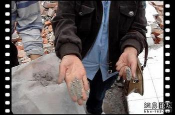 Хуан Ци помогал родителям погибших детей проводить собственные расследования качества построек зданий школ. Фото с epochtimes.com