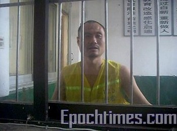 Корреспондент Ци Чунхуай в центре заключения в ожидании суда. Фото: The Epoch Times