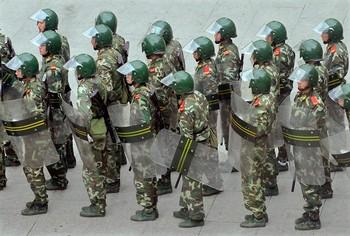 Улицы Урумчи круглосуточно патрулируют усиленные отряды вооружённой полиции. Фото: AFP PHOTO/TEH ENG KOON