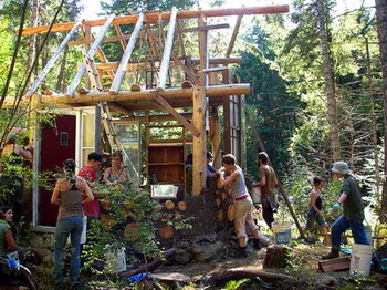 Mudgirls строят коб-стены для дома на острове Солт Спринг. Фото предоставлено строительной бригадой Mudgirls
