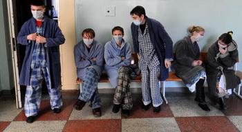 Грипп стучится в дверь. Маска может существенно снизить шансы заболеть, однако, ее эффективность не стопроцентная. Фото: Majid Saeedi/Getty Images