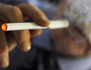 Курение не просто привычка. Главным ингредиентом, обусловливающим зависимость, является никотин. Фото: FREDERIC J. BROWN/AFP/Getty Images News