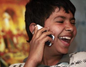 Мобильный телефон детям не игрушка!. Фото: AHMAD AL-RUBAYE/AFP/Getty Images