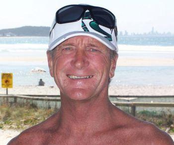 59-летний Стюарт Максвелл, работник предприятия, изготавливающего доски для серфинга. Фото: Великая Эпоха
