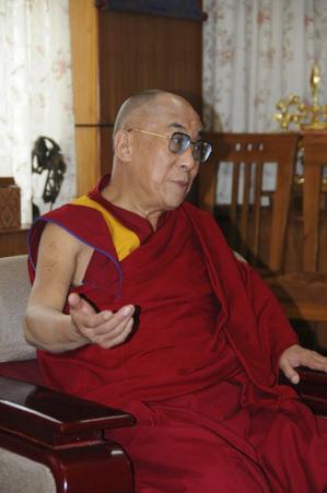 Далай Лама, 74 года, более всего озабочен ситуацией в Тибете. В этом разговоре  и последнем визите в Германию, несколько недель назад он подчеркивал, как важно для будущего Тибета привлечь  китайский народ на свою сторону. Даже если его серединный путь не удался в случае с правительством Китая, он надеется на китайский народ. Рюдигер Финдайзен