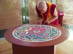Мандала за восемь дней: тибетский художник Доржи Сангпо. Фото: Suzi Loo /The Epoch Times
