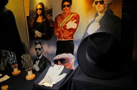 Перчатки и портрет Майкла Джексона.. Фото: EMMANUEL DUNAND/AFP/Getty Images