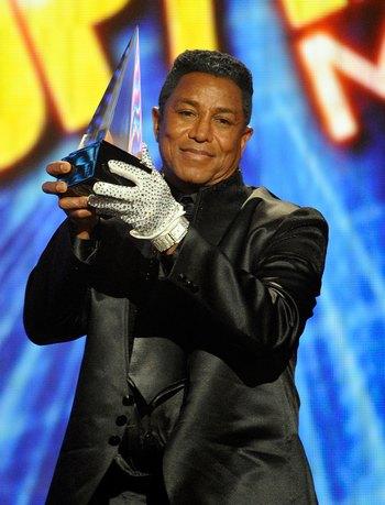 Награды были вручены брату вокалиста Джермену Джексену. Фото: Kevork Djansezian/Getty Images