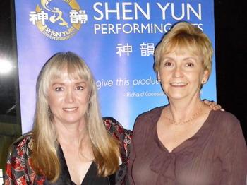 Линн Мессик (справа)  с подругой Дебби Ригби. Фото:  Ник Зифкак/ Великая Эпоха