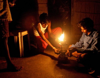 Светлый путь к развитию:  Дом жителя  деревни Вада в Тэйне,  предместье Мумбаи, освещают керосиновые лампы, 18 ноября 2007 г.  Фото: Pal Pillai /AFP/Getty Images