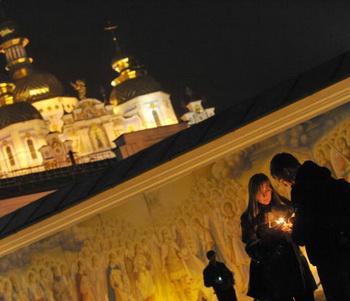 Каждый год в четвертую субботу ноября в Украине отмечается День памяти жертв голодомора и политических репрессий. Фото: SERGEI SUPINSKY/AFP/Getty Images