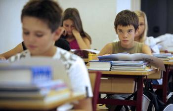 Кроме ЕГЭ выпускники школ должны будут писать сочинение. Фото: ANNE-CHRISTINE POUJOULAT/AFP/Getty Images