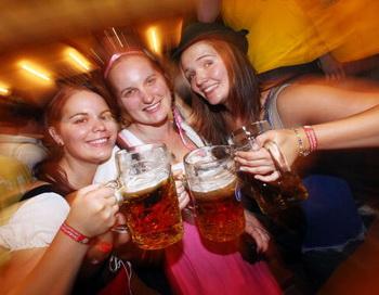 Потребителей алкоголя с вредными последствиями больше среди людей в возрасте от 20 до 39 лет. Фото: Johannes Simon/Getty Images