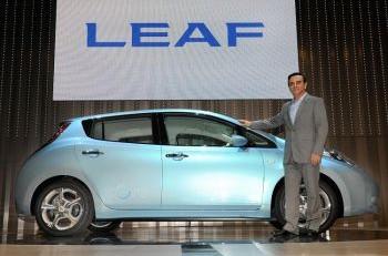 Карлос Госн, главный исполнительный директор японской компании Nissan Motor, представляет новый электромобиль «Leaf» во время церемонии открытия новой штаб-квартиры в Йокогаме, префектуре Канагава, 2 августа 2009 г. Фото: Toru Yamanaka /AFP/Getty Images