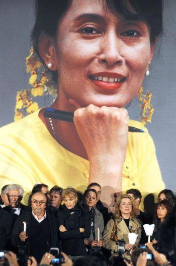 Портрет задержанного лидера оппозиции Брмы Аун Сан Су Чжи 6 октября 2009 г. перед парижской ратушей. Фото: Fred Dufour /AFP /Getty Images