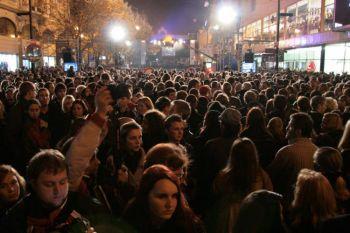 Люди празднуют 20 годовщину Бархатной революции во вторник, на Narodni Trida в Праге. Фото: Милан Кайнек /Великая Эпоха