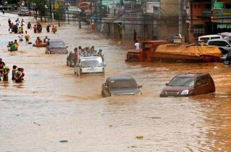 Последствия урагана Кетсан в городе Марикине в Маниле (27.09.2009).Фото: TED ALJIBE/AFP/Getty Images