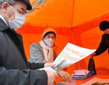 Указ президента Виктора Ющенко предписывает правительству создать резервы соответствующего медицинского оборудования и препаратов для борьбы с гриппом A/ H1N1. Фото:  YURIY DYACHYSHYN/AFP/Getty Images