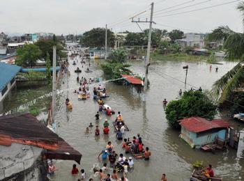 Филиппинцы эвакуируются: на страну идет тайфун