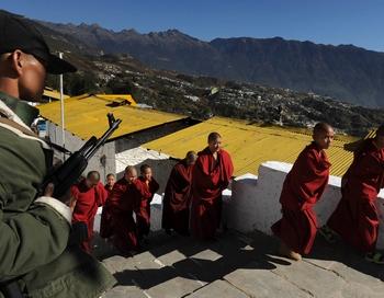 Охрана в монастыре Таванг. Фото: DIPTENDU DUTTA/AFP/Getty Images