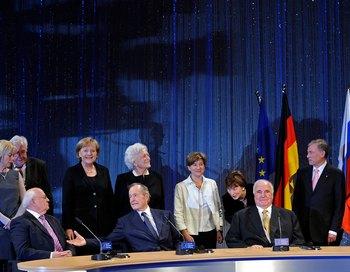 В январе 1989 года тогдашний лидер Восточной Германии Эрих Хонеккер заявил, что стена, разделившая просоветский Восток и капиталистический Запад, простоит еще 100 лет.