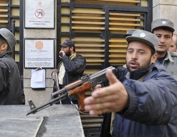 По словам полиции, продолжается перестрелка между афганскими силами безопасности и боевиками, ворвавшимися в гостевое здание ООН. Фото: ROMEO GACAD/AFP/Getty Images