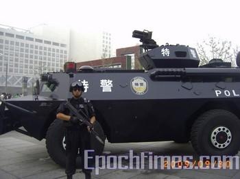 1 октября 2009 - Пекин охраняют полицейские с автоматами, на которые надеты штыки, а также бронетранспортёры с пулемётами. Фото: The Epoch Times