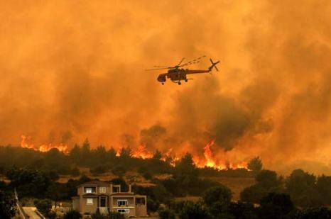 Греция. Горят предместья Афин. Фото: LOUISA GOULIAMAKI, ARIS MESSINIS/AFP/Getty Images
