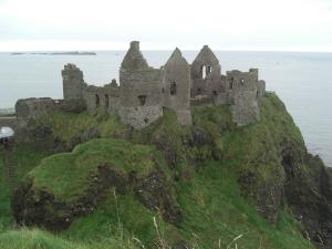 Замок Данлус 16 века расположен на вершине холма  в графстве Антрим. Фото:  Шейла О` Коннор