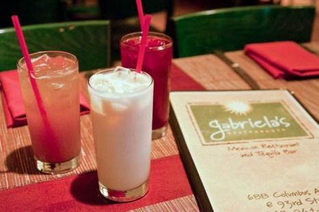 Мексиканские напитки Тамариндо (слева), horchata (центр) и ямайка (справа) стоят на столе в ресторане Габриэлы. Фото: Joshua Phillip/The Epoch Times