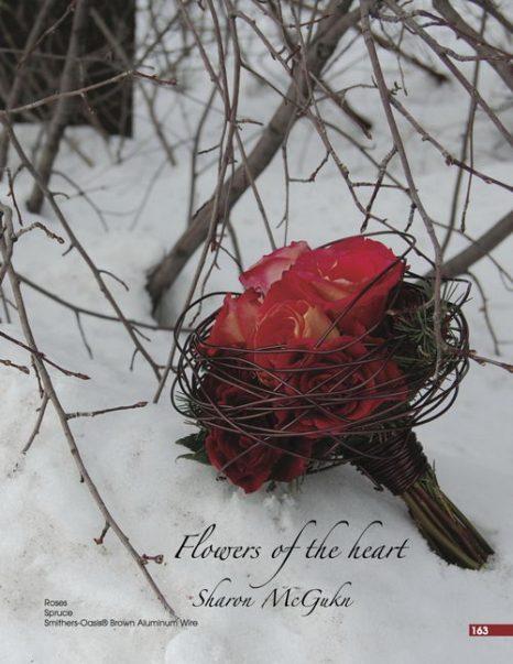 Зимний букет из роз и еловых веток, оформленный при помощи декоративной проволоки. Фото: Дуглас МакГакин