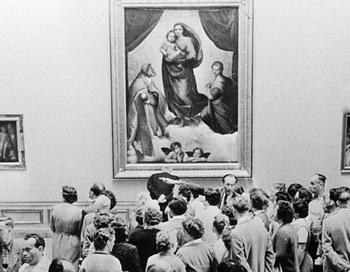 Посетители Дрезденской картинной галереи возле знаменитой картины Рафаэля «Сикстинская мадонна». Фото РИА Новости