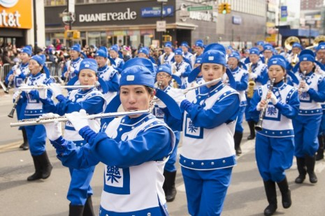 Шагающий оркестр «Божественная Земля» притягивает внимание зрителей во время ежегодного китайского Новогоднего парада во Флашинге, Нью-Йорк, 16 февраля. Фото: Dai Bing/The Epoch Times