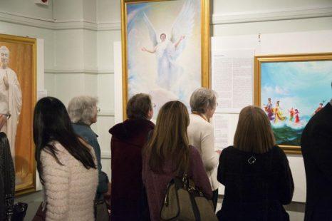 Посетители на выставке «Истина, Доброта, Терпение» в музее Кингстона, февраль 2013 года. Фото: Simon Gross/The Epoch Times