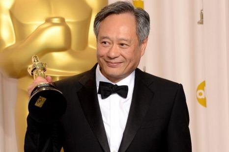 Режиссер Энг Ли, лауреат премии «Оскар» в номинации «лучший режиссёр» за фильм «Жизнь Пи», позирует в пресс-центре во время вручения премии в отеле Loews Hollywood Hotel 24 февраля 2013 г. в Голливуде, Калифорния. Фото: Jason Merritt/Getty Images