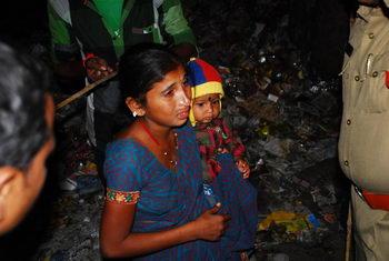 Испуганная мать и её ребенок после двух взрывов в Дилсук Нагар, Хайдарабад, Индия, 21 февраля 2013 г. Фото:  Rajesh Khanna Atmakur