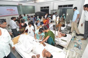 Раненые в результате двух взрывов в Хайдарабаде, Индия, получают медицинское обслуживание в городской больнице 21 февраля 2013 г. Фото: Rajesh Khanna Atmakur