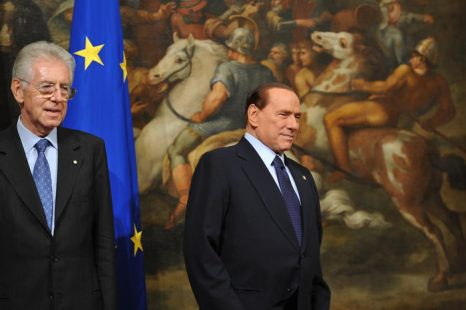 Марио Монти (L) и Сильвио Берлускони (R). Фото: ALBERTO PIZZOLI/AFP/Getty Images