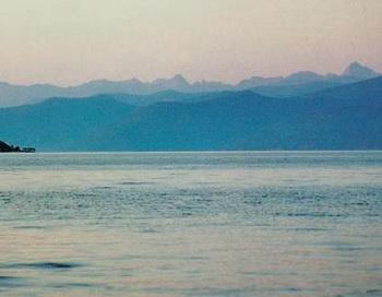 Баргузинский хребет. Вид с озера Байкал . Фото: thelib.ru
