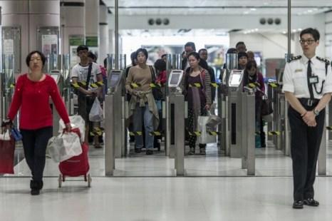 Контрольно-пропускной пункт на границе континентального Китая с Гонконгом, 1 марта 2013 года. Гонконг не имеет никаких прав контролировать процесс миграции из Китая. Фото: Philippe Lopez/AFP/Getty Images