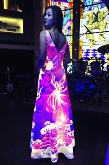 Работа Тан Дунбая в ультрафиолетовых тонах. Фото: Великая Эпоха (The Epoch Times)
