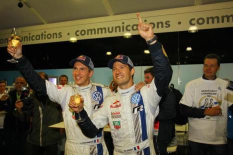 Французский пилот Volkswagen Себастьян Ожье и его напарник Жюльен Инграсси 3 октября 2013 года выиграли Чемпионат мира по ралли 2013, набрав недостающие до победы очки за 3 дня до окончания последнего  этапа гонок на их родине. Фото: Massimo Bettiol/Getty Images