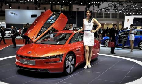 Volkswagen представил самую экономную модель гибрида XL-1 на автосалоне в Токио 20 ноября 2013 года. Фото: Keith Tsuji/Getty Images