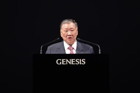 На презентации модели президент компании Чонг Монг-Ку объявил, что новый седан Hyundai Genesis объединил в себе все последние технологии машиностроения. Фото: Chung Sung-Jun/Getty Images