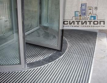 Компания «СитиТоп» не только производит грязезащитные покрытия, но и обеспечивает технические решения грязезащиты любых объектов. Фото: Сitytop.ru