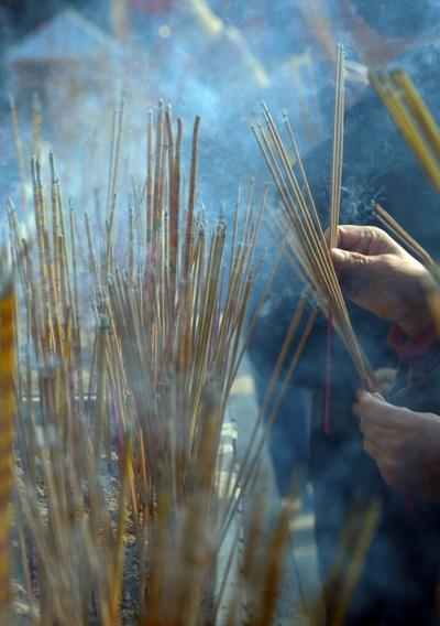 3 февраля 2011 года. Гонконг, В первый день Нового года верующие в храмах возжигают ладан на благополучие. . Фото: Mike Clarke/AFP/Getty Images