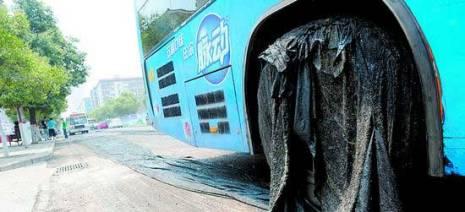 Раскалённый от жары асфальт, налип и намотался на колёса автомобилей. Фото с epochtimes.com