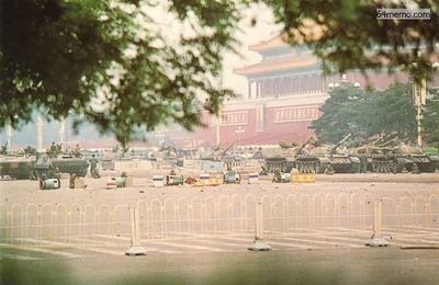 6 июня 1989 г. Танки и солдаты всё ещё патрулируют площадь Тяньаньмэнь. Фото с 64memo.com