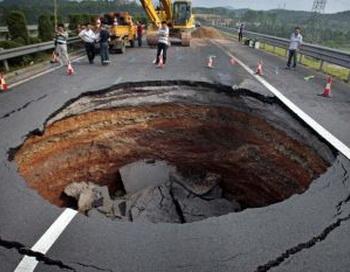 Воронка, образовавшаяся 4 июня посреди автострады в провинции Чжэцзян в Китае.